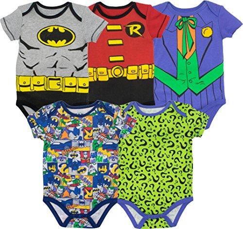 Viste a tu pequeño en este heroico estilo con los maravillosos bodies de los Cómics de Batman. Este conjunto de bodies presenta a los héroes y los villanos del mundo de Batman. Él puede salvar a Ciudad Gótica en gris y amarillo como Batman, el Caball...