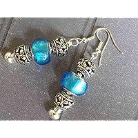 Ohrringe Charms Thurcolas Modell Manhattan mit Metallperlen und blauem Glas.