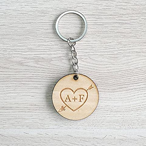 Llaveros con inicial Nombre personalizado y el llavero de recuerdo de madera de corazón y flecha para niñas para él