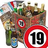 19. Geburtstag Geschenk für Freund- Bier Geschenkebox mit Bieren der Welt + INKL Geschenk Karten + Bier - Bewertungsbogen + Bierbuch + Bierset + Bier Geschenk + Personalisierte Geschenk-Box - 19 + Bier - Geschenke für Männer + Besser als Bier selber machen oder selbst brauen + Geburtstagsgeschenke für 19ten Geburtstag Geschenkkorb für Männer Geschenk zum Geburtstag für den Freund Bier-Geschenkkorb Geburtstag 19 Mann Bier Geschenke für Männer 19. Geburtstag Freund Geschenk