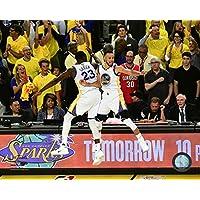 Stephen Curry & Draymond Green celebrate winning Game 5 of the 2017 NBA Finals Photo Print (27,94 x 35,56 cm)