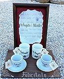 Regalo Bodas en Catalan con un pergamino en vitrina de los nombres de los novios entre los amantes mas grandes de la historia, dos tazas personalizadas y dos tazas de té también personalizadas