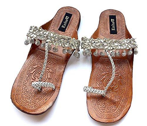 Silberne Kolhapuri Chappals verziert mit silbernen Kugeln und Kristallen, ethnische indische Designer Sandalen (Pom Silberne Poms)