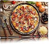 Leckere Pizza auf Holztisch Format: 60x40 auf Leinwand, XXL