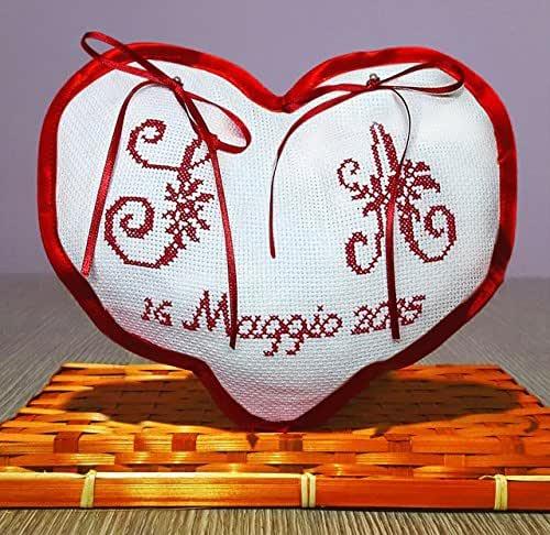 Crociedelizie, Cuscino fedi portafedi ricamato a puntocroce con iniziali nomi sposi + data matrimonio forma cuore con rifinitura esterna in raso