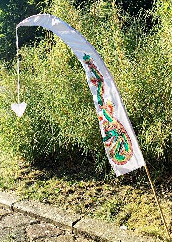 DEKOVALENZ - Drachenfahnen LITTLE DRAGON 100cm mit Herz-Spitze, inklusive Holzstab, Balifahne, Bali Flag, Gartenfahnen, Strandfahnen, balinesische Fahnen, Umbul Umbul, Indonesische Tempelfahnen, Gebetsfahnen, Asienfahnen, Gartendekoration, Farbe:weiss