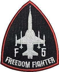F5 Fighter Freedom (schwarz-rot) Pilot Militär Band Logo Jacke, Hemd, Hut, Decke, Rucksack, T-Shirt, Aufnäher, Stickerei, Aufnäher, Symbol, Abzeichen, Kostüm, Größe 7,6 x 8,9 cm
