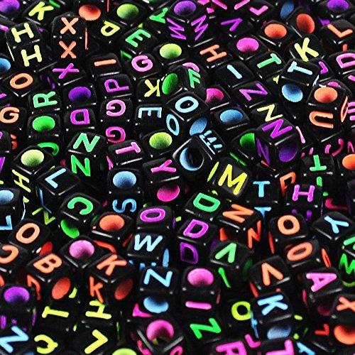 500 Stück mischte schwarzen Acrylkunststoffperlen mit bunten Buchstaben