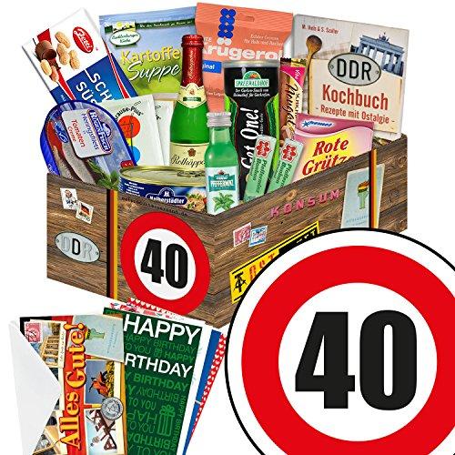"""Preisvergleich Produktbild 40 Geburtstag Geschenk DDR - SPEZIALITÄTEN Box mit DDR Waren + Geschenkverpackung """"Verkehrsschild 40"""" mit Ostmotiven + gratis DDR Kochbuch + gratis Geschenkkarten – Rotkäppchen Sekt (0,2l), Halberstädter Schmalzfleisch, rote Grütze Himbeer uvm. +++ Ostprodukt DDR Box als Geschenkkorb mit DDR Spezialitäten ++ Geschenk 40. Geburtstagsgeschenke Geschenkkorb für männer geburtstagsgeschenk für Mutter geschenkkörbe Geburtstag 40 Mann Ostgeschenke für Männer Geschenk zum 40. Geburtstag Männer"""