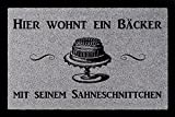 FUSSMATTE Türmatte HIER WOHNT EIN BÄCKER Beruf Geschenk Backen Hobby 60x40 cm Hellgrau