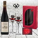 DAS Rotwein-Set | inkl. 2 geschrägten Gläsern| Luxus-geschenk für Rotwein-Freunde | Baron Montgaillard Prestige-Cuvée aus Frankreich (Bordeaux) |in der Geschenk-verpackung Rot |zwei Rotwein-kelche