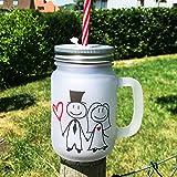 Cadouri Trinkglas mit Henkel und Strohhalm Motiv MR. & MRS. Hochzeit Henkelglas, satiniert - 400 ml