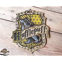 Haus Hufflepuff Holz Schild. Hergestellt aus Holz und handbemalt und für einen Filmlook gealtert. Haus von Newton Scamander und Cedric Diggory