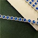 Perlenverzierung mit blauen Kristallsteinen