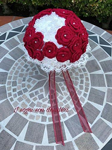 Bouquet da sposa stile vintage handmade, composto da roselline artificiali lavorate all'uncinetto, nastri di raso, pizzi e merletti e perline.