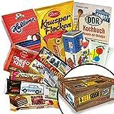 DDR Waren Süssigkeiten Box – Butterkeks Original Wittenberger, Liebesperlen in Babyfläschchen, Keks Wikana Viba uvm. +++ Ostprodukt DDR Box als Geschenkkorb mit Kultprodukten der DDR ++ Ossi Paket Ostpaket für Männer DDR Paket Ostprodukte Präsentkorb Ostprodukte Geschenk für Frau DDR Süßigkeiten-Box Geschenkidee zum Geburtstag und Ossis DDR Geschenk für Mama Weihnachten Geschenkideen für Oma Weihnachten Geschenkset für Sie zu Weihnachten Geschenkeset für Ihn Weihnachten