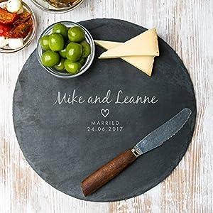 Personalisiertes Käsebrett aus Schiefer/Holz – personalisiertes Verlobungsgeschenk – Jahrestag Geschenk für ihn – 25cm Durchmesser