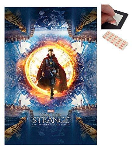 Confezione - 2 Articoli - Doctor Strange Portal Poster - 91.5 x 61cm (36 x 24 Pollici) e un Set di 4 Cuscinetti Adesivi Riposizionabili Per Facile Fissaggio a Parete