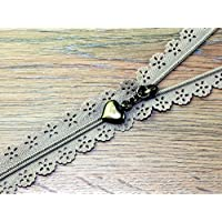 F J Fusion Fancy Lace Reißverschluss mit Antik Messing Abzieher 30cm Dark Beige–Pro Zip