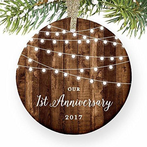 1. Jahrestag Geschenke datiert First Anniversary Married für Paar Mr & Mrs rund Weihnachten Ornament Andenken Xmas Tree Dekoration Hochzeit Jahrestag Geschenk Weihnachtsbaum Geschenk Idee (Datiert Weihnachtsbaum Ornamente)