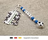 NAMENSANHÄNGER – Anhänger mit Namen | Baby Kinder Schlüsselanhänger für Wickeltasche, Kindergartentasche, Schultasche oder Rucksack mit Schlüsselring | Motiv Fussball in Vereinsfarben - blau, weiß