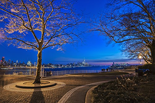The Poster Corp F. M. Kearney/Design Pics - Hamilton Park at Twilight with New York City Skyline in Background; Weehawken New Jersey United States of America Photo Print (96,52 x 60,96 cm) -