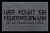 FUSSMATTE Türmatte HIER WOHNT EIN FEUERWEHRMANN Geschenk Dekomatte Eingang Dunkelgrau