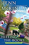 Hitting the Books (A Library Lovers Mystery, Band 9)