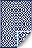 FH Home Alfombra/Alfombra de plástico Reciclado para Interiores/Exteriores - Reversible - Resistente al Clima y a los Rayos UV - Aztec - Navy Blue/White (90 cm x 150 cm)