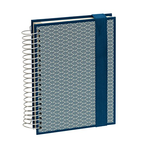 Semikolon Mucho Spiral-Notizbuch mit 3 Liniaturen in Seigaiha-Muster marine (blau) | 110 linierte , 110 karierte, 110 blanko Seiten | Organizer oder Sketch-Book mit Verschluss und Folientaschen (Marine-blau-karierte)