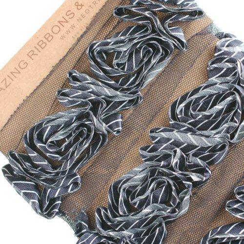 Neotrims Rosen Verzierung Gathered gemeißelt gestreift Satinband Net Base Nähen. Gorgeous rose modelliert auf einer Net Base. A gestreifter Satin Stoff Schleife Schnitt und dann gemeißelt, wie Rosen und genäht auf einem Net Basis., Polyester, schwarz mit weißen streifen, 3 m (Trim Net)