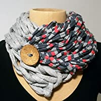 Pañuelo con botón gris con rayas grises y rojas