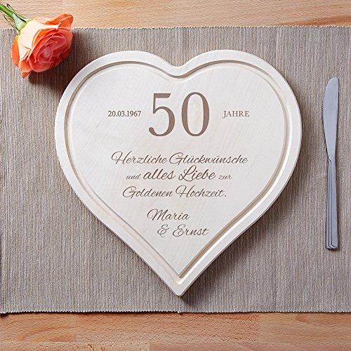 """Schneidebrett Herz zur Goldenen Hochzeit mit Gravur -50 Jahre """" Herzlichen Glückwunsch"""" – Personalisiert mit Namen und Datum – Küchenbrett aus 1,5 cm dicken Ahorn Holz mit Saftrille – 30 cm x 30 cm - 3"""