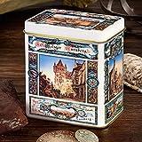 Mini-Elisen-Dose: Eine Vorlage aus dem Jahr 1896 wurde originalgetreu und höchst aufwendig reproduziert. Auf besonderen Wunsch unserer Kunden haben wir die aufwendig gestaltete Nostalgie-Dose nun auch im Mini-Format für Sie. Gefüllt mit Nürnberger Elisen-Lebkuchen ist sie immer ein schönes Mitbringsel (Maße: 8,2 x 5,5 x 9 cm).