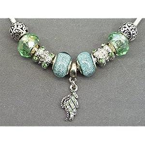 Charms Halskette Thurcolas Astrid reichen aus silberfarbenem Metall überzogen , metallperlen , Harz und Emaille-Anhänger mit Feder grünen Kristallen.