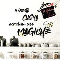 Adesivi Murali Cucina in questa cucina accadono cose magiche Frasi scritte italiano wall stickers kitchen decorazione…
