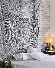 Cette tapisserie est une création de motifs orientaux imprégnés de concepts modernes. Ces merveilleuses estampes sont un excellent moyen d'ajouter de la couleur à votre lit, au plafond et au mur .. Cette magnifique œuvre d'art peut être utilisée comm...
