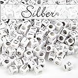 MichaLeo Buchstabenperlen zum auffädeln und Schmuckherstellung - 500 Premium Acryl 6 mm große Würfel Perlen mit Buchstaben in Silber und 3,5mm Lochung geeignet auch für Paracord Schnur