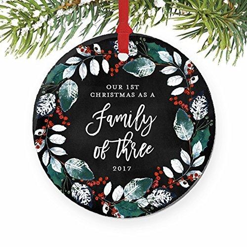 als eine Familie von drei 1. Baby Dusche Geschenk Geschenk Neue Eltern Schwangerschaft rund Weihnachten Ornament Andenken Xmas Tree Dekoration Hochzeit Jahrestag Geschenk Weihnachtsbaum Geschenk Idee (Baby-dusche-hof Dekorationen)