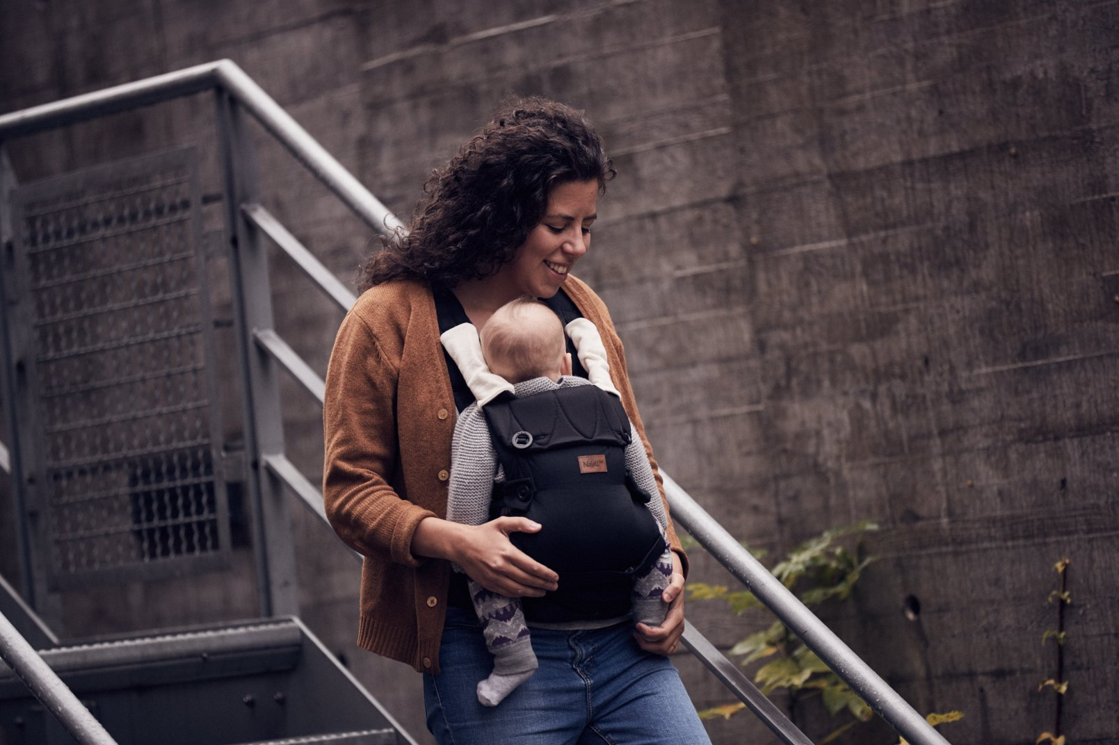 Najell Omni Active Mesh Baby Carrier with Hip Seat, Brilliant Black Béaba New-born ergonomic position and hips seat from 6 months. Market leading weight distribution with hip seat, recommended by the international hip dysplasia institute as a hip-healthy baby carrier Weight: 3, 5 to 15 kg and age: new-born to 3 years. 7