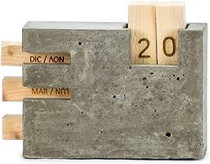 Microstudio - Calendario perpetuo da tavolo in cemento, legno e sughero. L'interpretazione di Microstudio del set da scrivania.