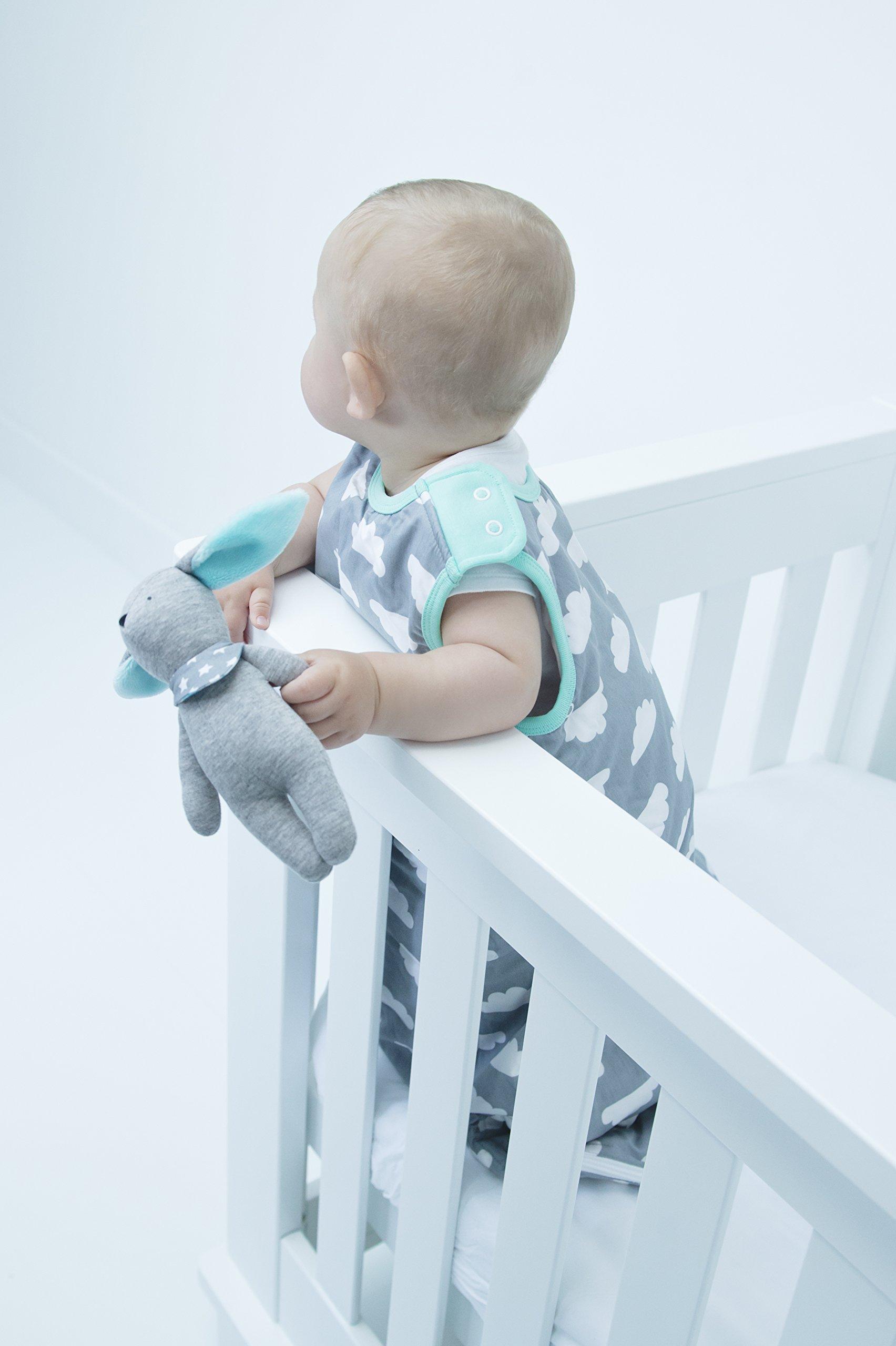 71JbwQe0oRL - Saco de dormir para bebés de 6 a 18 meses, de la marca Babasac. Diseño de nubes, color gris y turquesa
