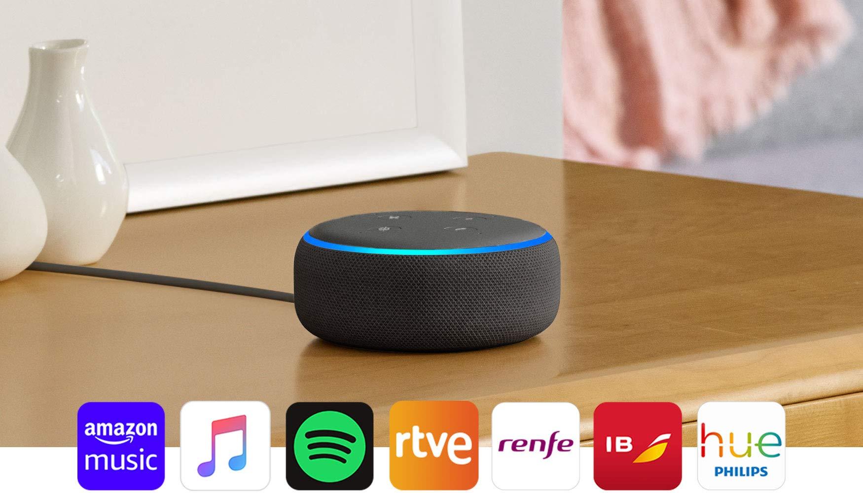 71VpgVmaHML El Echo Dot es un altavoz inteligente que se controla con la voz. Se conecta a Alexa para reproducir música, responder a preguntas, narrar las noticias, consultar la previsión del tiempo, configurar alarmas, controlar dispositivos de Hogar digital compatibles y mucho más. El altavoz integrado ofrece un sonido nítido e intenso, y te permite disfrutar de canciones en streaming a través de Amazon Music, Spotify Premium, TuneIn y otros servicios. Llama a cualquiera que tenga un dispositivo Echo o la app Alexa sin mover un dedo. También tienes la posibilidad de usar Drop In para conectar con otras habitaciones de tu hogar en las que tengas un dispositivo Echo compatible.