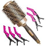 Brosse à cheveux professionnelle ronde en poils de sanglier de 53 mm pour brushing. Cylindre céramique pour un chauffage uniforme en technologie Nano-ionique. Le colis comprend également 5 pinces.