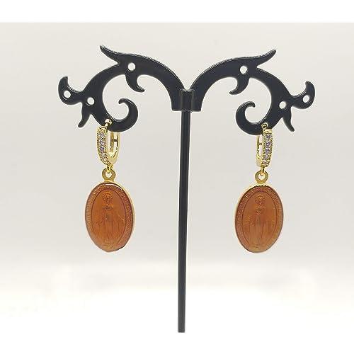Orecchini a cerchio con zirconi realizzati a mano colore oro e medaglietta madonnina colore arancione.