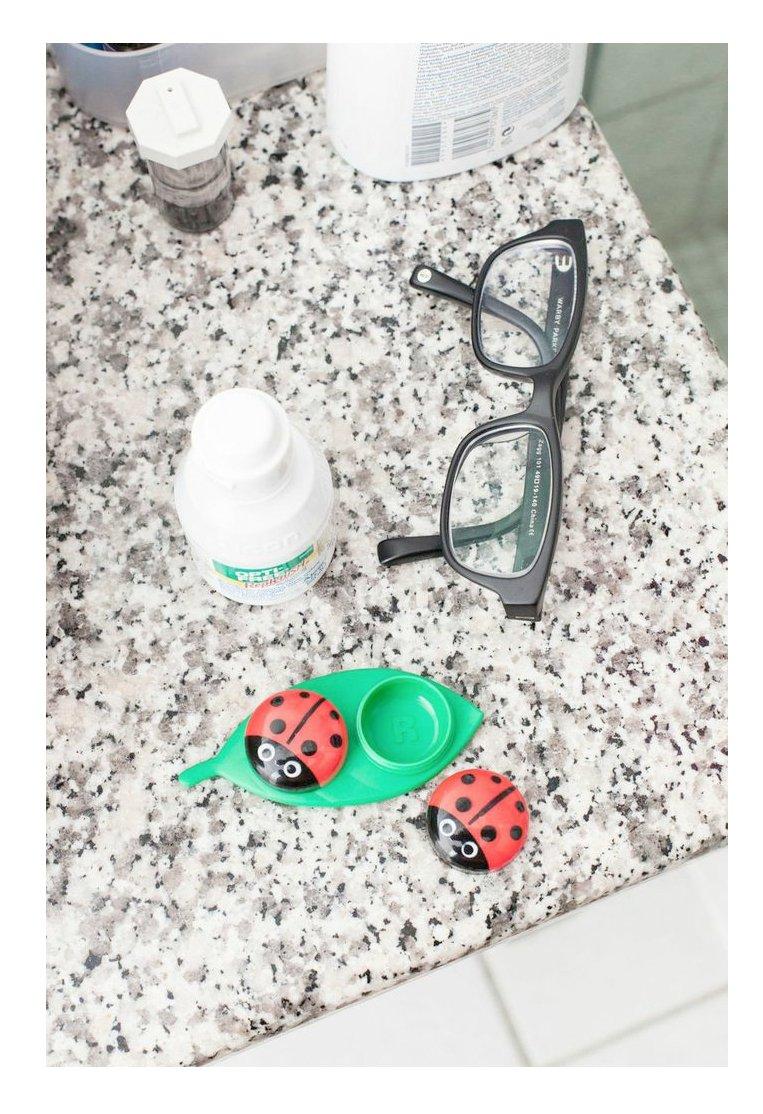 Kikkerland MG51 – Funda para lentes de contacto de mariquita