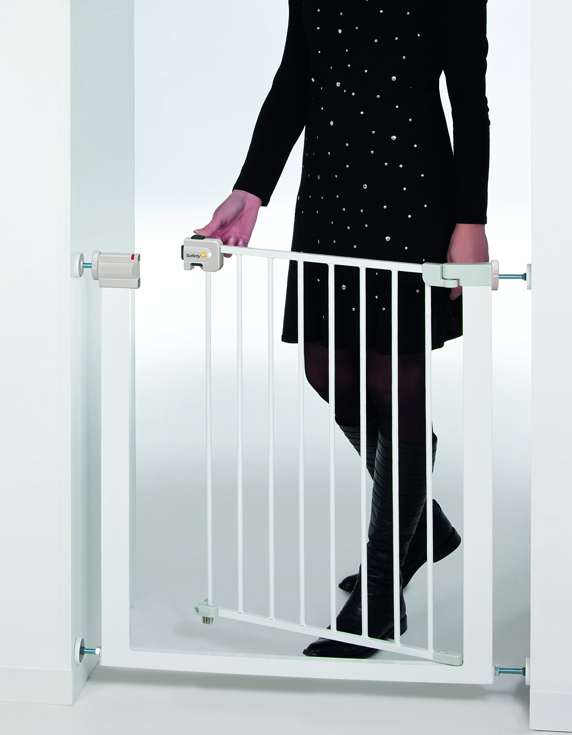 Safety 1st U-Pressure Barrier Metal-White Safety 1st U-pressure barrier metal is barrier gate with stair gate Fixing by 4 points pressure makes no holes in the walls Quick installation cups provided to avoid damaging the walls 5