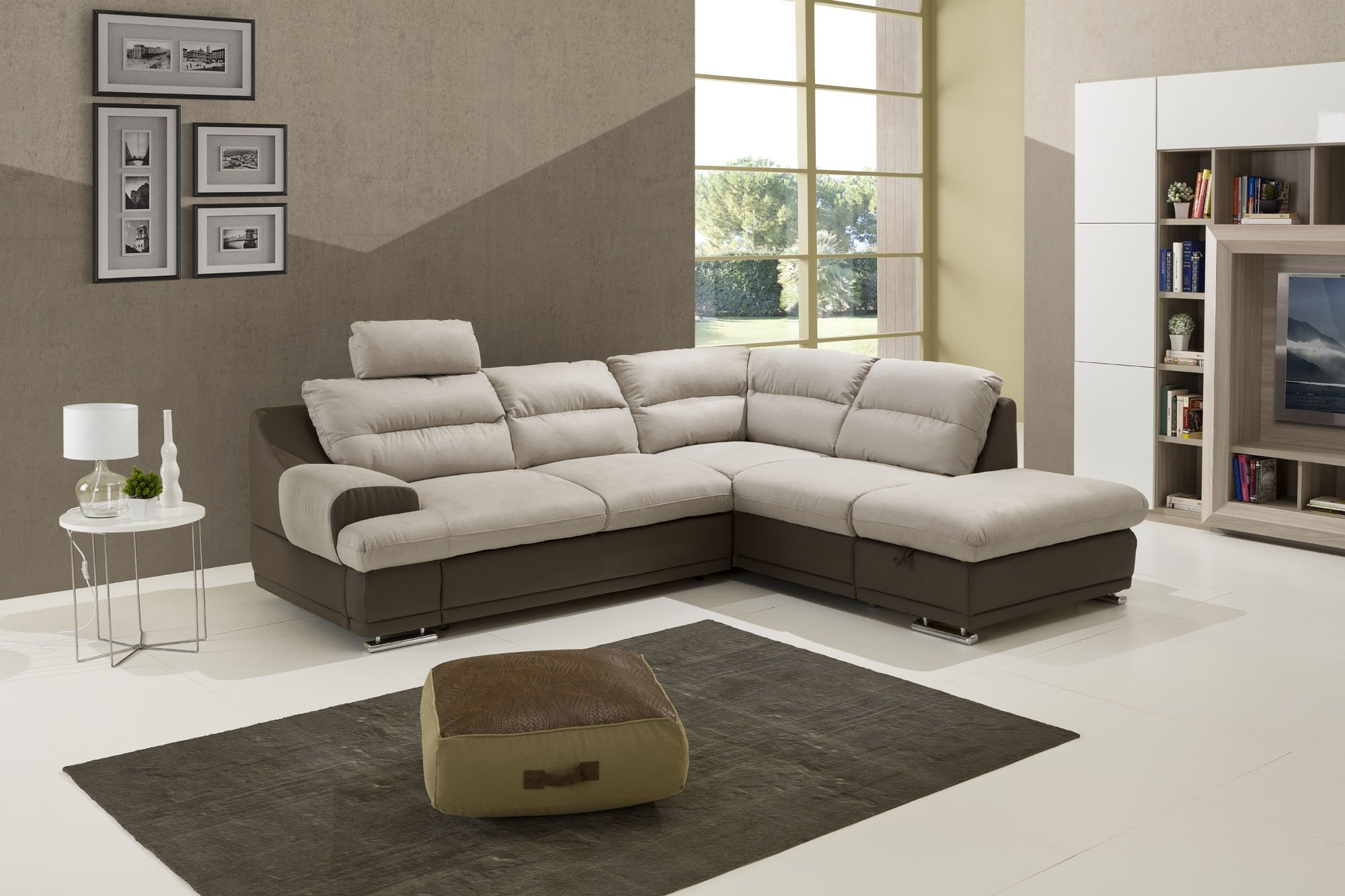divano ad angolo bicolore, beige e color fango con pouf su tappeto grigio.