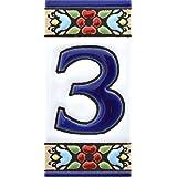 Borden met cijfers en nummers op veelkleurige keramische tegels. Handgeschilderde draadtechnologie voor borden met namen, adr