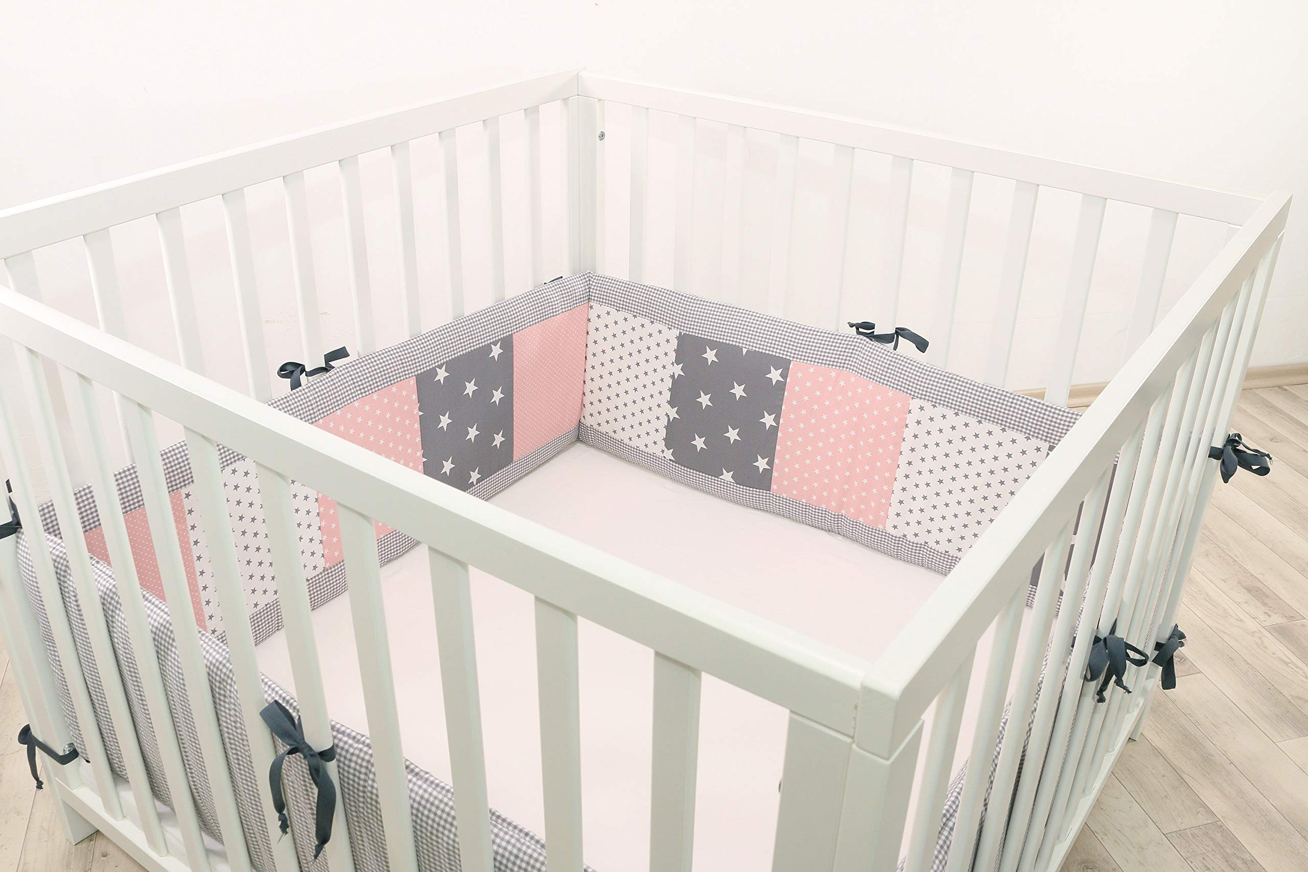 ULLENBOOM ® Bumper - Pink Grey (400 x 30 cm Baby playpen Bumper, Full Surround Bumper Pads for 100 x 100 cm playpen) ULLENBOOM This 400 x 30 cm patchwork bumper serves as a protective insert and surround for 100 x 100 cm playpens, to provide babies with protection - especially head protection - from playpen bars The sizes 200 x 30 cm and 400 x 30 cm (full surround) are for playpens - the 'full surround' bumper comes in two sections. ULLENBOOM  also offers additional sizes for 140 x 70 cm and 120 x 60 cm cots These bumpers can be washed at 30 °C and the materials used are certified according to the Oeko-Tex standard (tested for harmful substances, hypoallergenic); smooth outer fabric: 100% cotton (Oeko-Tex); soft, thick wadding: 100% polyester (Oeko-Tex) 1